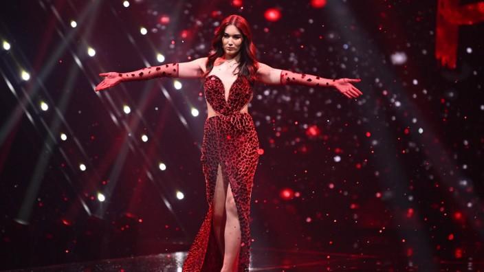 Finale von Germany's Next Topmodel 2021: Gewinner Alex auf dem Laufsteg
