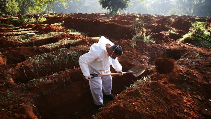 Corona in Brasilien: Ein Friedhofsmitarbeiter in São Paulo hebt Gräber aus