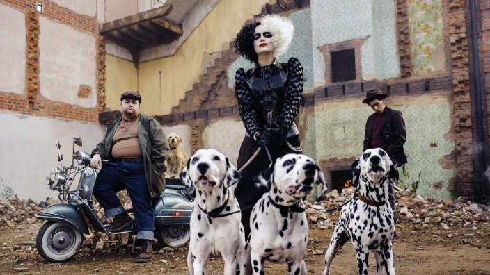 """""""Cruella"""" auf Disney+ und im Kino: Zu Beginn ihrer Schurkenkarriere war Cruella (Emma Stone) Modedesignerin im London der Siebzigerjahre."""