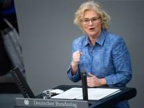 Christine Lambrecht (SPD), derzeit auch Bundesfamilienministerin, zeigt sich zufrieden mit der Einigung auf die Frauenquote für Vorstände großer Unternehmen.