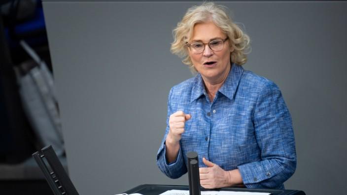 Bundesfamilienministerin Christine Lambrecht (SPD) spricht im Deutschen Bundestag