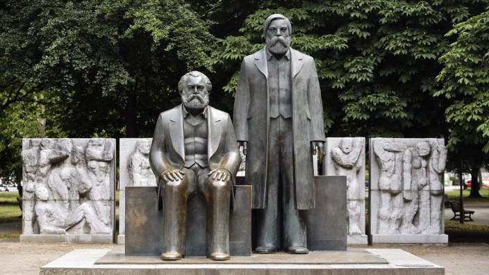 Das Denkmal von Karl Marx und Friedrich Engels in Berlin wurde 2010 wegen der U-Bahn versetzt.