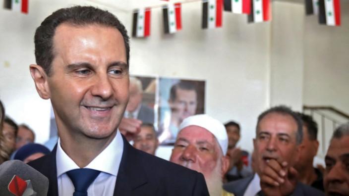 Präsident Baschar al-Assad beim Verlassen des Wahllokals in Duma.