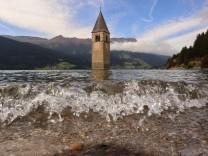 Meran, Italien September 2019: Impressionen Meran und Umgebung - September - 2019 Reschensee im Vinschgau mit der alten