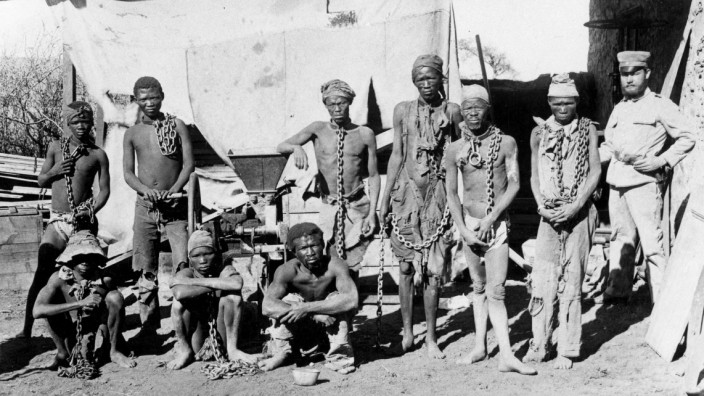 Kolonialismus: Ein Soldat bewacht Gefangene während des deutschen Kolonialkrieges gegen Herero und Nama (1904-1908) in Deutsch-Südwestafrika, dem heutigen Namibia.