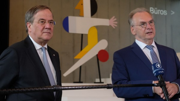 Die Ministerpräsidenten Armin Laschet und Reiner Haseloff bei einem Wahlkampftermin im Dessauer Bauhausmuseum