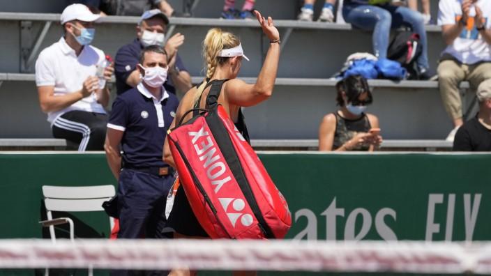 French Open: Au revoir: Angelique Kerber verlässt den Platz nach ihrer Zwei-Satz-Niederlage gegen die Qualifikantin Angelina Kalinina.