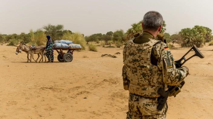 Mali, Gao - 2017/05/22 Ein Soldat sichert die Umgebung. Die Bundeswehr ist hier an der UN-Mission Minusma beteiligt. Di
