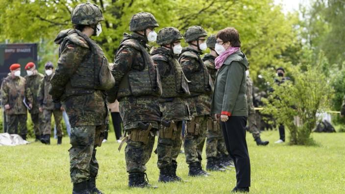 ABC-Abwehrbataillon - Verteidigungsministerin besucht ersten Freiwillig Wehrdienstleistenden im Heimatschutz in der Brun