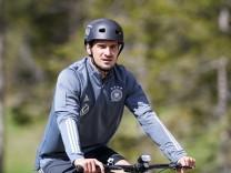 Mats Hummels 5 (Deutschland) auf dem Fahrrad zum Trainingsgelaende, Trainingslager, Deutsche Nationalmannschaft, DFB, E