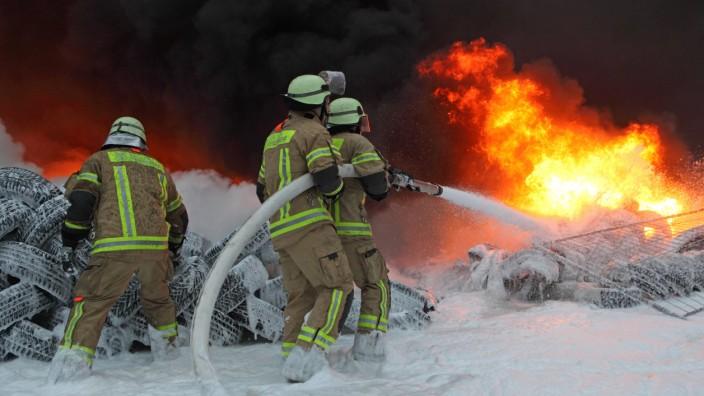 26 03 2013 Berlin Deutschland Feuerwehrmänner bei Löscharbeiten