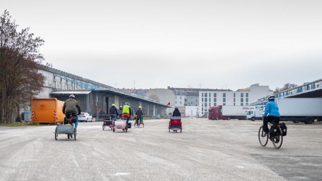 Hilfsprojekt: Auf Fahrrädern liefern Tom Michels und seine Bekannten Kartoffeln an Bedüftige aus.
