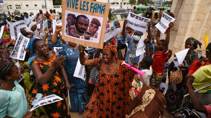 Around 200 to 300 people mobilized this Friday afternoon in the Place de l Independance in Bamako, during a demonstrati