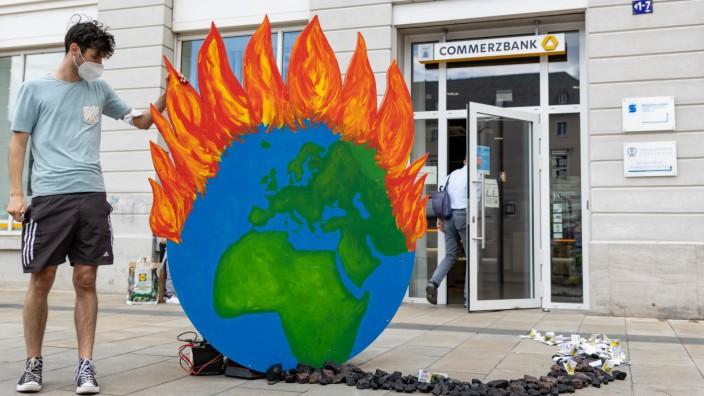 Fridays For Future Demonstration vor der Commerzbank Karlsruhe 14.05.2021 Fridays For Future Aktivisten demonstrieren v