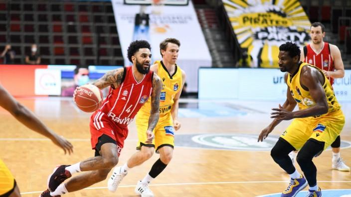 D.J. Seeley (FC Bayern Muenchen Basketball) im Zweikampf mit Ralph Hounnou (MHP Riesen Ludwigsburg), GER, MHP Riesen Lud
