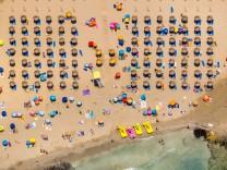 Luftbild, Strandleben in der Bucht von Peguera, Strand Platja Gran de Torà , Abstandsregel Corona, Camp De Mar (Es), Eu