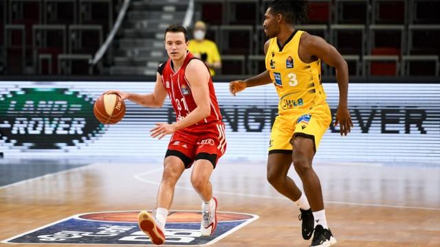 Zan Mark Sisko (FC Bayern Muenchen Basketball) im Zweikampf mit Jaleen Smith (MHP Riesen Ludwigsburg), GER, MHP Riesen L