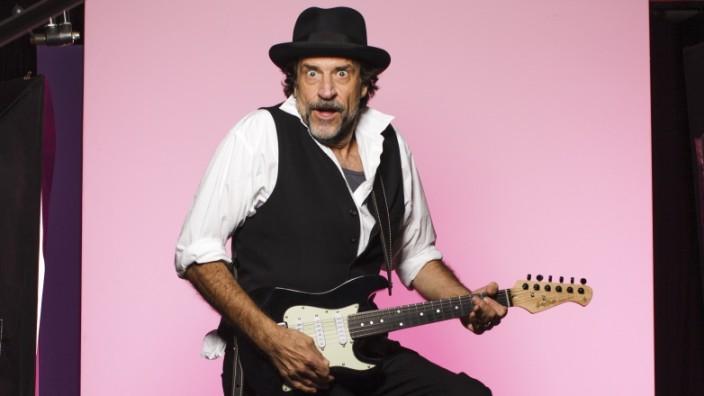 Staller ohne Hubert: Staller rockt Seefeld: Helmfried von Lüttichau packt in seinem ersten Soloprogramm eine handliche E-Gitarre aus.