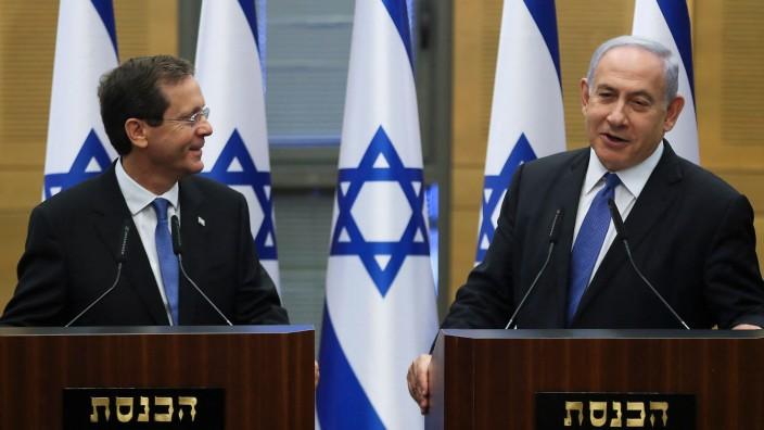 Isaac Herzog (links) nach seiner Wahl zum israelischen Präsidenten, gemeinsam mit Israels Premier Benjamin Netanjahu.