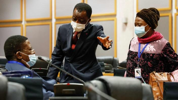 Streit im Panafrikanischen Parlament: Roger Nkodo Dang aus Kamerun (Mitte), Präsident des Panafrikanischen Parlaments, spricht mit weiteren Parlamentsmitgliedern, nachdem die Versammlung vorzeitig aufgelöst worden war.