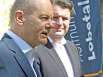 Olaf Scholz (links), Bundesfinanzminister, und Hubertus Heil, Bundesarbeitsminister (beide SPD), nach ihrem Besuch im Lazarus-Haus im Berliner Bezirk Wedding.