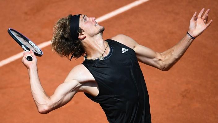 French Open: Der Weg ist noch weit: In Paris räumt Alexander Zverev die Hürde Roman Safiullin aus dem Weg.