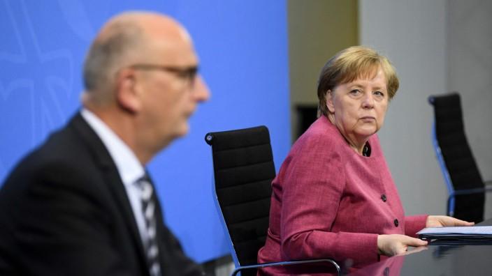 Der Ministerpräsident von Brandenburg, Dietmar Woidke (SPD), und Kanzlerin Angela Merkel (CDU) während der Pressekonferenz nach dem Treffen der ostdeutschen Länderchefs.