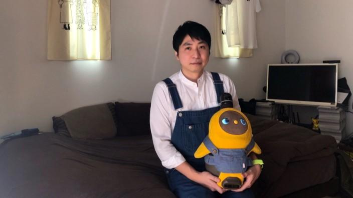 Kohji Sasaki, 33, und Koromo, seinem Roboter, in deren 20-Quadratmeter-Wohnung.