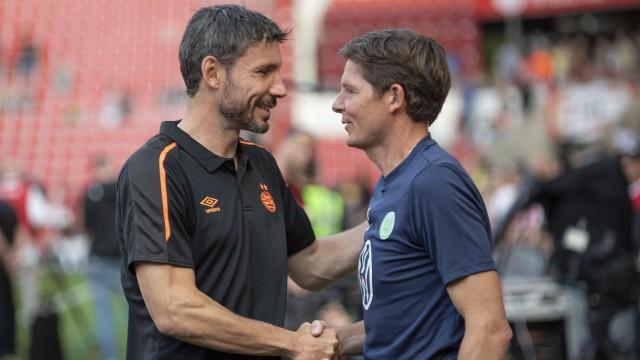 Mark van Bommel wird Trainer beim VFL Wolfsburg. Archivfoto: Trainer Oliver GLASNER (WOB) mit Trainer Mark VAN BOMMEL l.; Bommel Glasner
