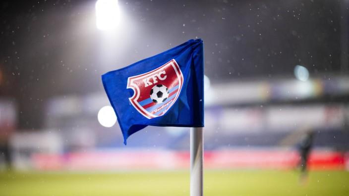 12.03.2021 - Fußball, 2020/2021, 3. Liga, 28. Spieltag, KFC Uerdingen 05 - VfB Lübeck: Symbol KFC Uerdingen, Fahne, Eck