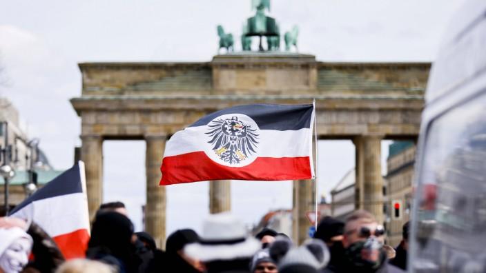 Teilnehmer an einer Demonstration von Rechtsextremisten und Reichsbürgern vor dem Brandenburger Tor und der Straße des 1