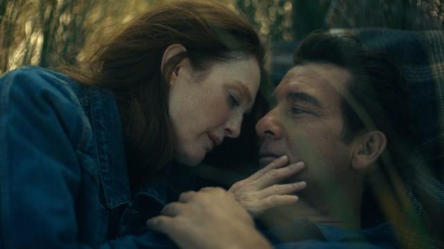 """Serie """"Lisey's Story"""": Da waren es noch zwei: In Rückblenden wird die Liebesgeschichte von Lisey (Julianne Moore) und Scott (Clive Owen) erzählt."""