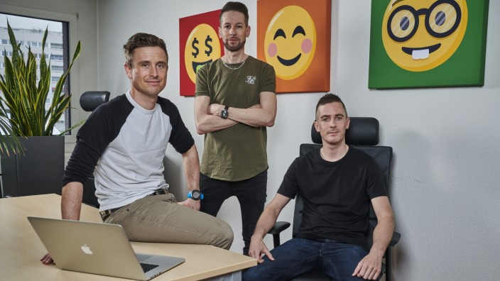 Caption: Pressebild.  Threema_Gruender_01: CEO Martin Blatter (Mitte) mit seinen Mitgründern Silvan Engeler (links) und Manuel Kasper (rechts). Fotograf: René Ruis