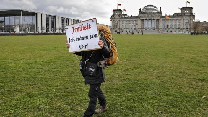 Corona- Leugner Demo Berlin, 16.04.2021 - Ein Mann demonstriert vor dem Reichstag gegen die Corona Beschraenkungen. Coro