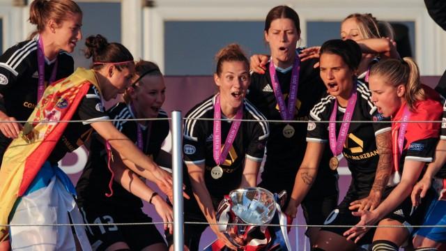 Siegerehrung Die Spielerinnen von Frankfurt feiern auf der Tribuene Ihren Sieg Bianca SCHMIDT Ver; Simone Laudehr