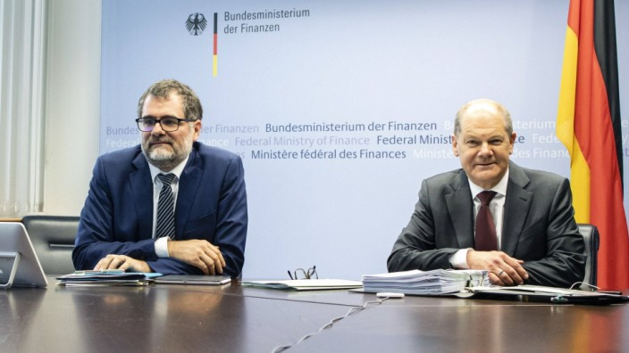 Bundesfinanzminister Olaf Scholz, SPD, und Staatssekretär Wolfgang Schmidt (l.) vor einer Videokonferenz der G20-Finanzminister in Berlin 2020.