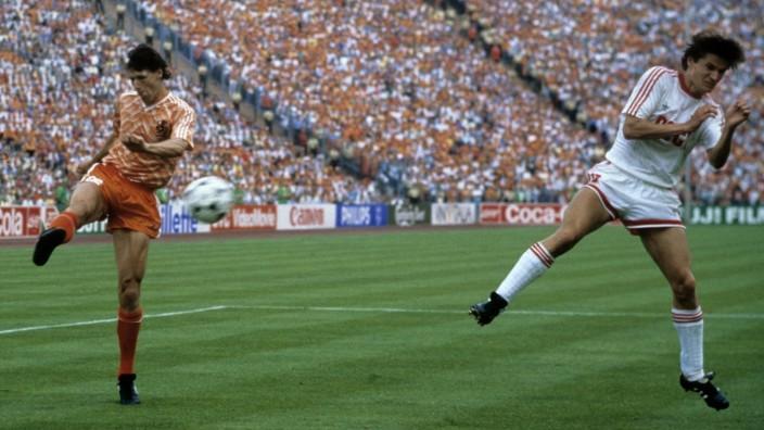 Europameisterschaft 1988. Finale: Niederlande - UdSSR am 25.6. in München (2:0). Tor zum 2:0 durch Marco van Basten (Ho; x