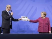 Bundeskanzlerin Angela Merkel, CDU, (R) und Ministerpraesident des Landes Brandenburg Dietmar Woidke, SPD, aufgenommen