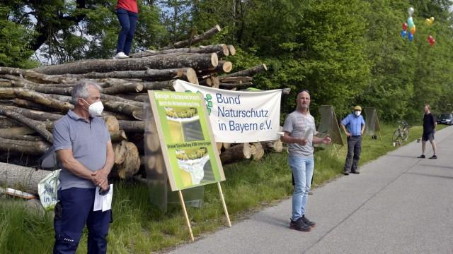Protest in Erding: Gemeinsam dagegen (von links): Bündnis-Initiator Wolfgang Fritz, Landwirt Jakob Maier und der BN-Ortsvorsitzende Norbert Hufschmid.
