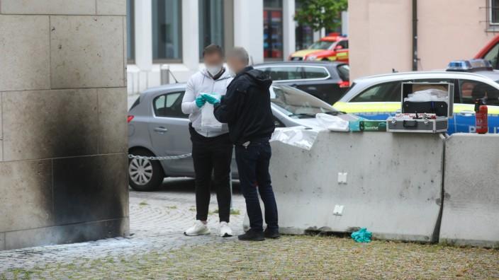Ermittler der Polizei am Tatort an der Ulmer Synagoge.