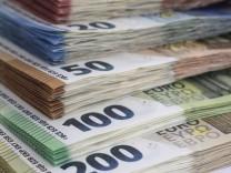 Symbolfoto von Euroscheinen verschiedener Stueckelungen, DEU, Berlin, 14.06.2020 *** Symbol photo of euro notes of diff