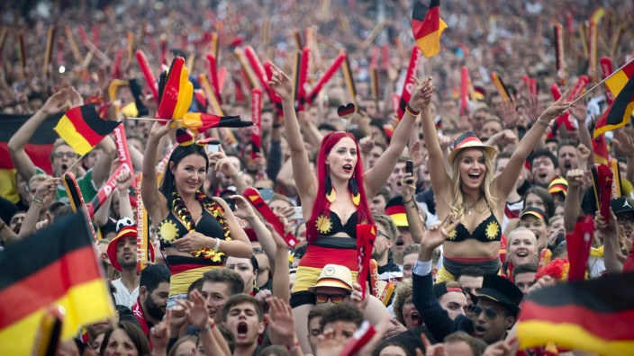 Fanmeile Berlin EM EURO Nationalteam Länderspiel DEU Deutschland Germany Berlin 16 06 2016 Fans