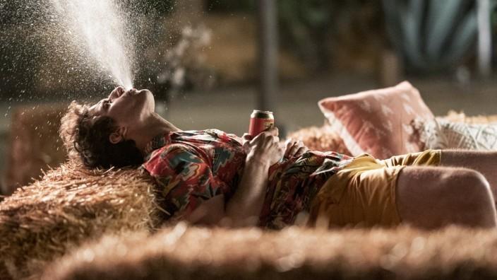 """Komödie """"Palm Springs"""": Es gibt kein Entrinnen, aber zum Glück gibt es auch Bier. Andy Samberg als Nyles in """"Palm Springs""""."""