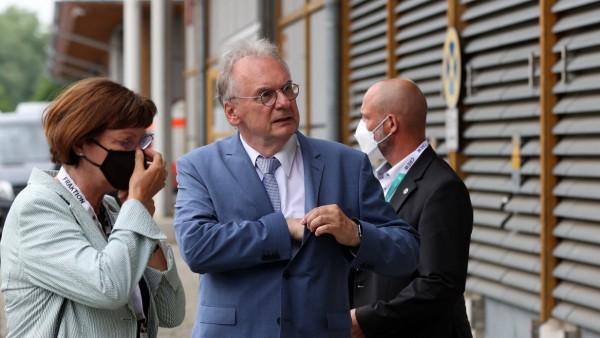 Wahl in Sachsen-Anhalt 2021: Reiner Haseloff mit seiner Frau am Wahltag