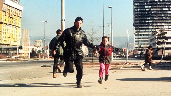 Bürgerkrieg in Bosnien: Ein Einwohner Sarajevos flieht mit seinem Sohn vor Heckenschützen
