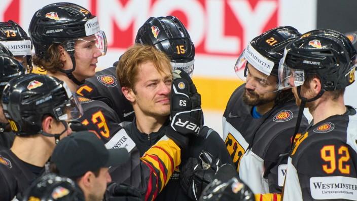 Moritz Müller, Mueller 91 of Germany Best Player of the Match, bester Spieler Auszeichnung, Moritz Seider 53 of Germany; Eishockey