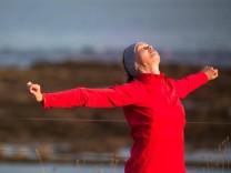 Young woman on her evening jog along the seacoast model released Symbolfoto PUBLICATIONxINxGERxSUIxA