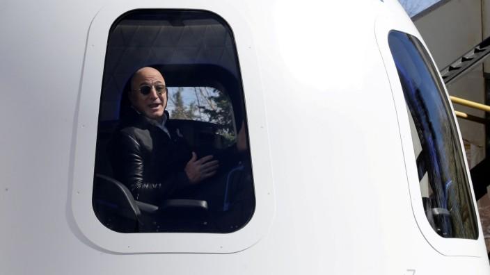 Blue Origin: Jeff Bezos in einer Raumkapsel
