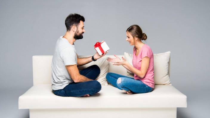 Man giving gift box to woman model released Symbolfoto PUBLICATIONxINxGERxSUIxAUTxONLY Copyright xL