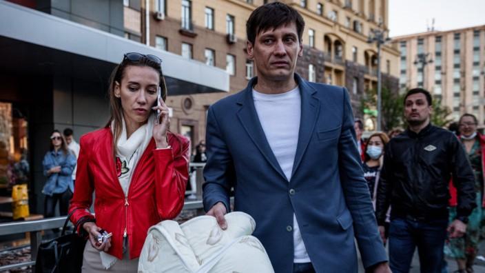 Russland: Dmitrij Gudkow (mit Frau Valeria) vor wenigen Tagen in Moskau, unmittelbar nach seiner Freilassung. Kurz darauf reiste er nach Kiew aus.